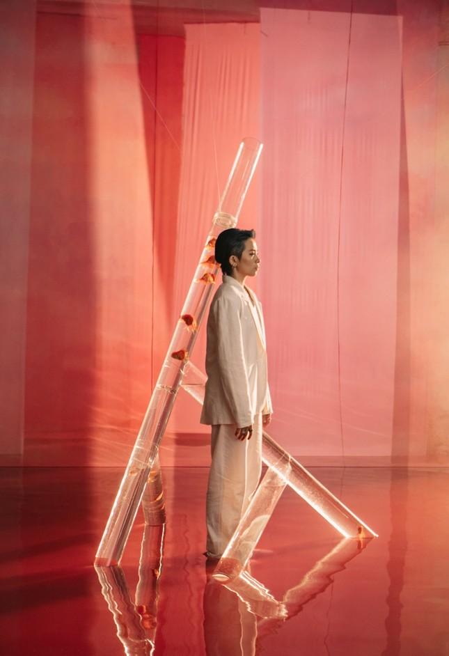 Giải mã loạt ẩn ý đằng sau những cảnh ngọt ngào của Gil Lê và nữ chính trong MV mới ảnh 3