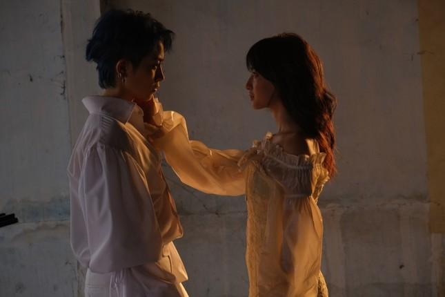 Giải mã loạt ẩn ý đằng sau những cảnh ngọt ngào của Gil Lê và nữ chính trong MV mới ảnh 6