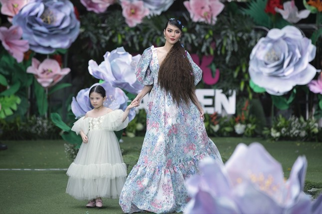 Thanh Hằng, Lan Khuê, Phạm Quỳnh Anh đọ trình catwalk cùng dàn mẫu nhí ảnh 6