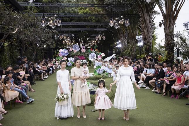 Thanh Hằng, Lan Khuê, Phạm Quỳnh Anh đọ trình catwalk cùng dàn mẫu nhí ảnh 4