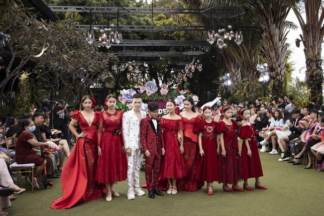 Thanh Hằng, Lan Khuê, Phạm Quỳnh Anh đọ trình catwalk cùng dàn mẫu nhí ảnh 1