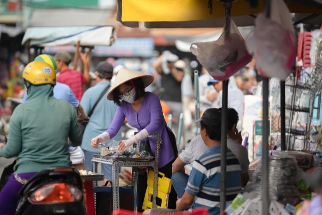 """Hết nhảy múa bán hàng, Phương Mỹ Chi gây hoang mang vì """"ăn vạ"""" giữa chợ ảnh 2"""