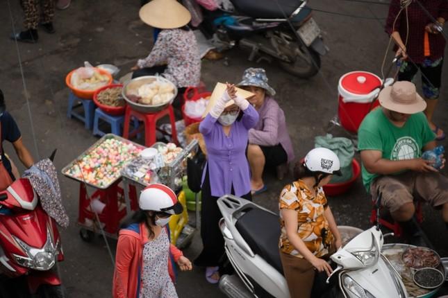 """Hết nhảy múa bán hàng, Phương Mỹ Chi gây hoang mang vì """"ăn vạ"""" giữa chợ ảnh 3"""