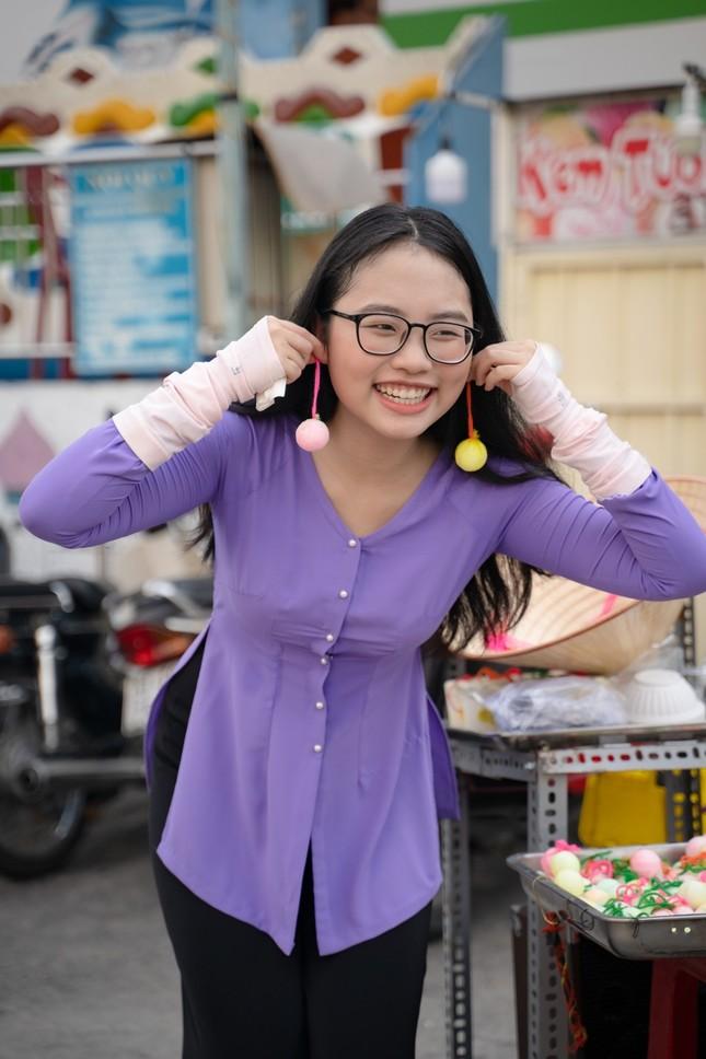 """Hết nhảy múa bán hàng, Phương Mỹ Chi gây hoang mang vì """"ăn vạ"""" giữa chợ ảnh 6"""