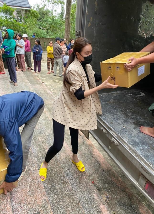 Minh Tú quyên góp tiền, Võ Cảnh về miền Trung hỗ trợ chuyển quà cho người dân vùng lũ ảnh 3