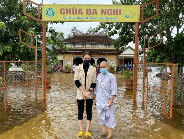 Minh Tú quyên góp tiền, Võ Cảnh về miền Trung hỗ trợ chuyển quà cho người dân vùng lũ ảnh 4