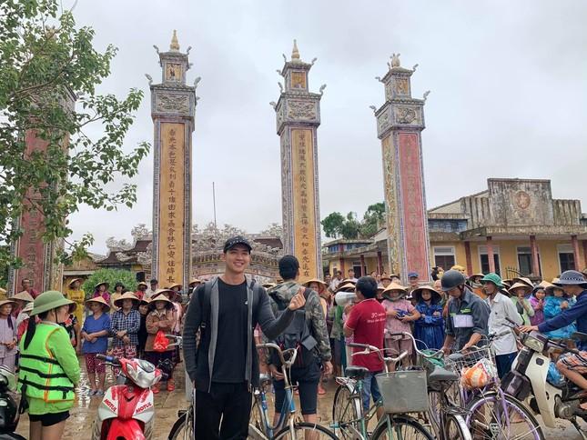 Minh Tú quyên góp tiền, Võ Cảnh về miền Trung hỗ trợ chuyển quà cho người dân vùng lũ ảnh 5