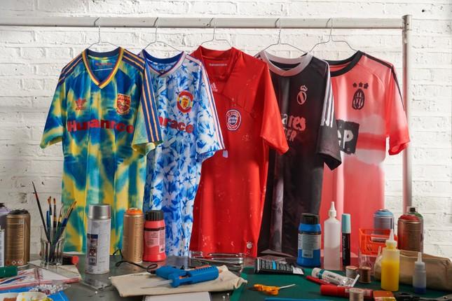 Fan bóng đá săn tìm BST do Pharrell Williams thiết kế riêng cho 5 CLB nổi tiếng thế giới ảnh 7