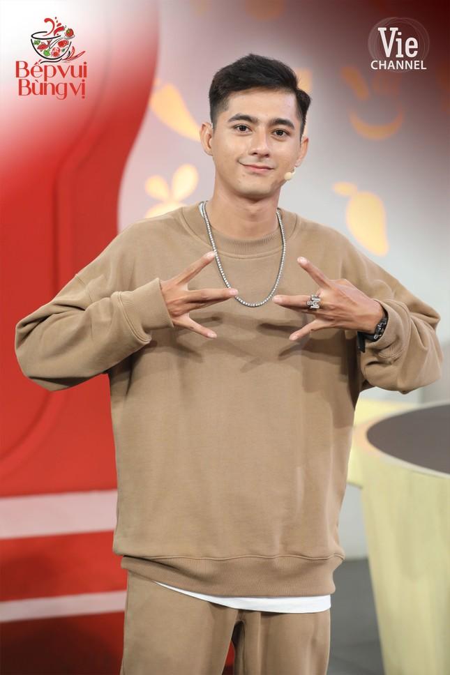 """HLV Wowy, DJ Mie và dàn thí sinh Rap Việt đổ bộ """"Bếp Vui Bùng Vị"""" trổ tài nấu ăn ảnh 3"""
