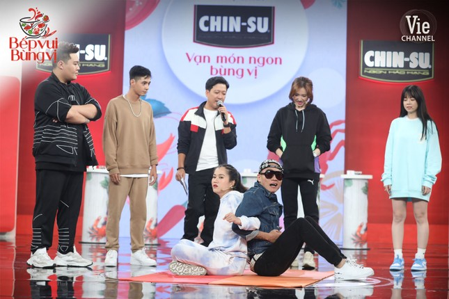 """HLV Wowy, DJ Mie và dàn thí sinh Rap Việt đổ bộ """"Bếp Vui Bùng Vị"""" trổ tài nấu ăn ảnh 1"""