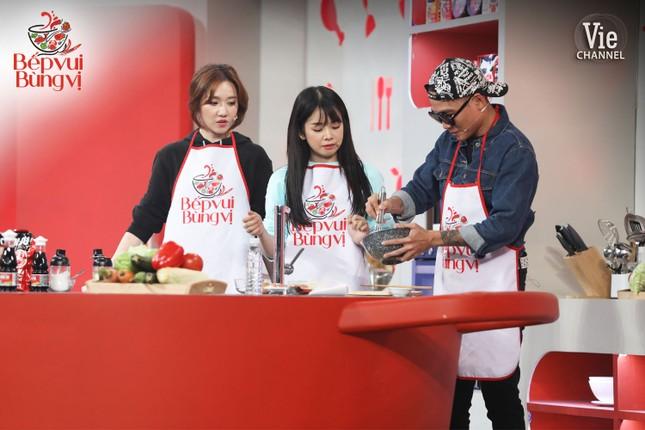 """HLV Wowy, DJ Mie và dàn thí sinh Rap Việt đổ bộ """"Bếp Vui Bùng Vị"""" trổ tài nấu ăn ảnh 5"""