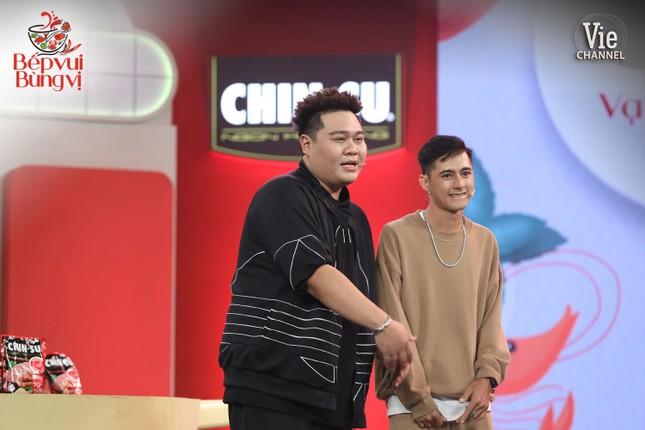 """HLV Wowy, DJ Mie và dàn thí sinh Rap Việt đổ bộ """"Bếp Vui Bùng Vị"""" trổ tài nấu ăn ảnh 2"""