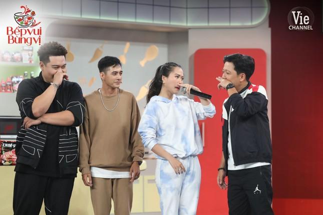 """HLV Wowy, DJ Mie và dàn thí sinh Rap Việt đổ bộ """"Bếp Vui Bùng Vị"""" trổ tài nấu ăn ảnh 4"""