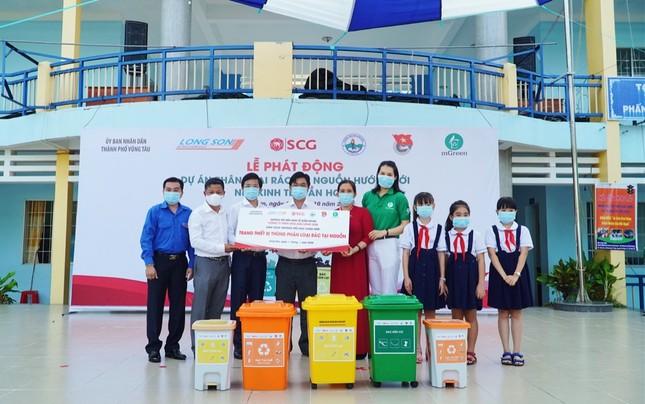 Các bạn học sinh trường tiểu học Long Sơn 2 phân loại rác tại nguồn để tái chế ảnh 1