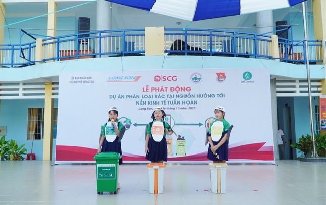 Các bạn học sinh trường tiểu học Long Sơn 2 phân loại rác tại nguồn để tái chế ảnh 3