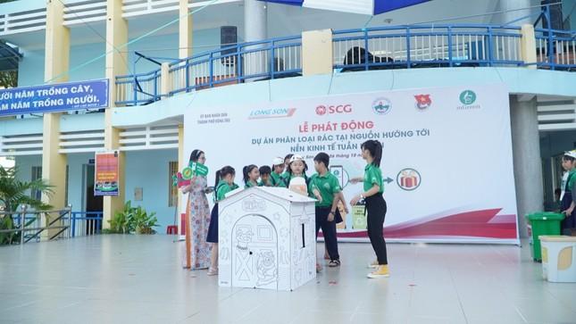 Các bạn học sinh trường tiểu học Long Sơn 2 phân loại rác tại nguồn để tái chế ảnh 2