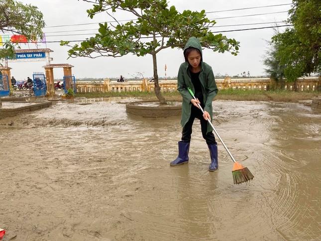 Vợ chồng Lý Hải - Minh Hà tất bật dọn rửa bùn non sau lũ giúp đỡ bà con miền Trung ảnh 3