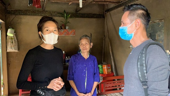 Vợ chồng Lý Hải - Minh Hà tất bật dọn rửa bùn non sau lũ giúp đỡ bà con miền Trung ảnh 4