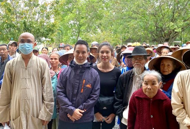 Vợ chồng Lý Hải - Minh Hà tất bật dọn rửa bùn non sau lũ giúp đỡ bà con miền Trung ảnh 6