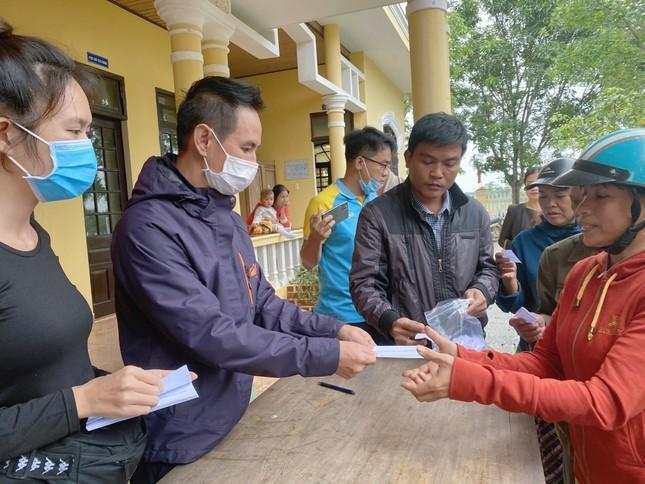 Vợ chồng Lý Hải - Minh Hà tất bật dọn rửa bùn non sau lũ giúp đỡ bà con miền Trung ảnh 1