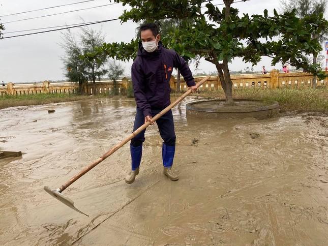 Vợ chồng Lý Hải - Minh Hà tất bật dọn rửa bùn non sau lũ giúp đỡ bà con miền Trung ảnh 2