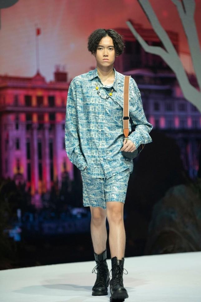 Giữa nhiều thị phi, Hương Giang vẫn tự tin làm vedette sải bước trên sàn catwalk ảnh 4