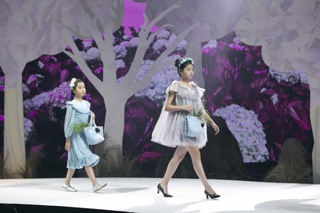 Giữa nhiều thị phi, Hương Giang vẫn tự tin làm vedette sải bước trên sàn catwalk ảnh 3