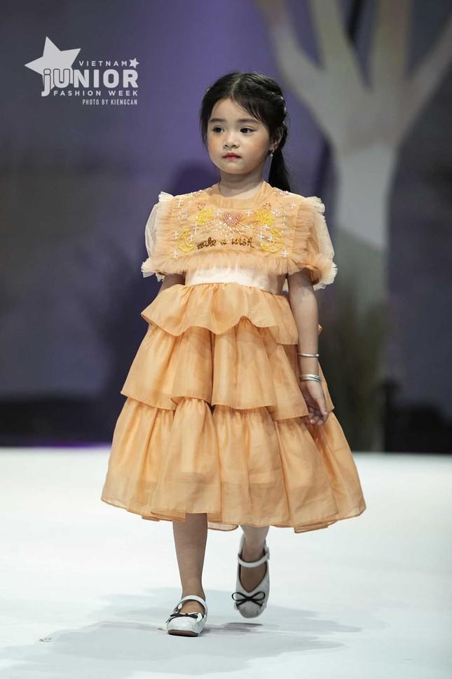 Giữa nhiều thị phi, Hương Giang vẫn tự tin làm vedette sải bước trên sàn catwalk ảnh 11