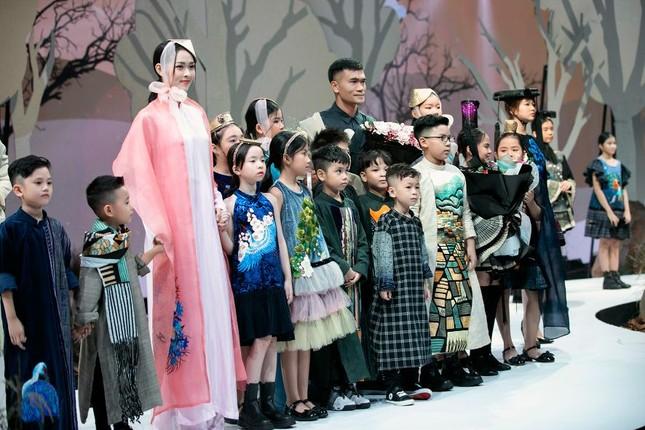 Giữa nhiều thị phi, Hương Giang vẫn tự tin làm vedette sải bước trên sàn catwalk ảnh 2
