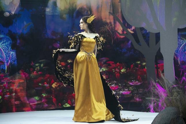 Giữa nhiều thị phi, Hương Giang vẫn tự tin làm vedette sải bước trên sàn catwalk ảnh 14