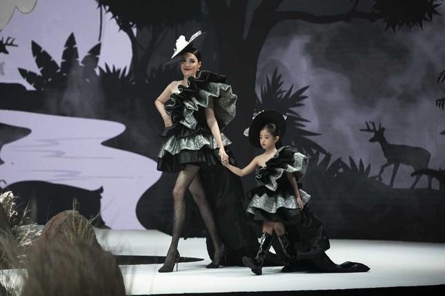 Giữa nhiều thị phi, Hương Giang vẫn tự tin làm vedette sải bước trên sàn catwalk ảnh 10
