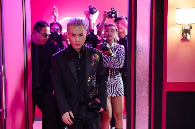 Binz kể chuyện tình showbiz, nắm tay người yêu bỏ chạy khỏi paparazzi trong MV mới ảnh 3