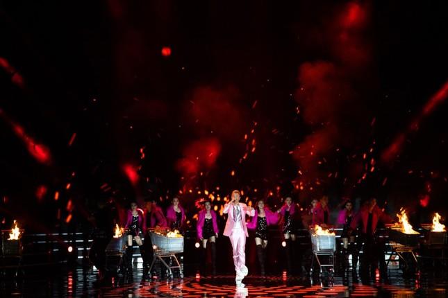 """Binz diện vest hồng lịch lãm, mang hit """"Bigcityboi"""" lên sân khấu Hoa hậu Việt Nam 2020 ảnh 2"""