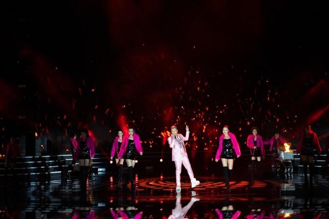 """Binz diện vest hồng lịch lãm, mang hit """"Bigcityboi"""" lên sân khấu Hoa hậu Việt Nam 2020 ảnh 3"""
