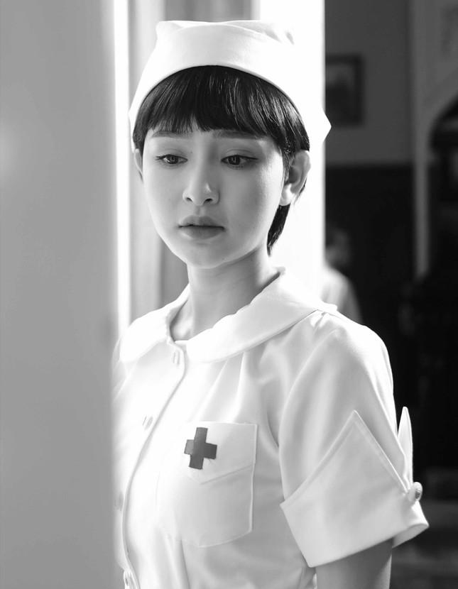 Hiền Hồ trở lại với thế mạnh ballad, diễn xuất bi thương đến ám ảnh trong MV mới  ảnh 1