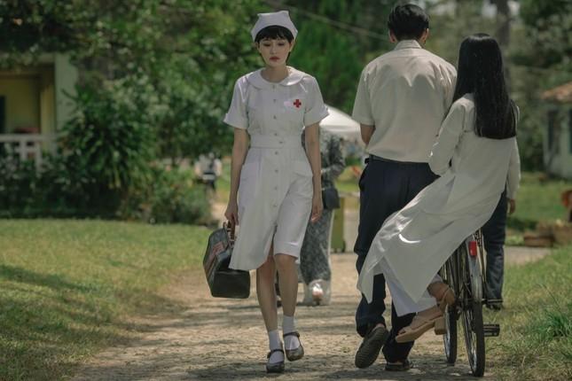 Hiền Hồ trở lại với thế mạnh ballad, diễn xuất bi thương đến ám ảnh trong MV mới  ảnh 2