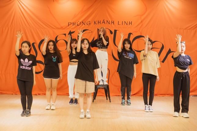 """Clip: Phùng Khánh Linh dốc sức tập vũ đạo, vui mừng vì showcase đã """"cháy vé"""" ảnh 5"""