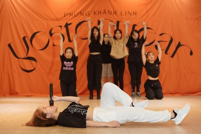 """Clip: Phùng Khánh Linh dốc sức tập vũ đạo, vui mừng vì showcase đã """"cháy vé"""" ảnh 4"""