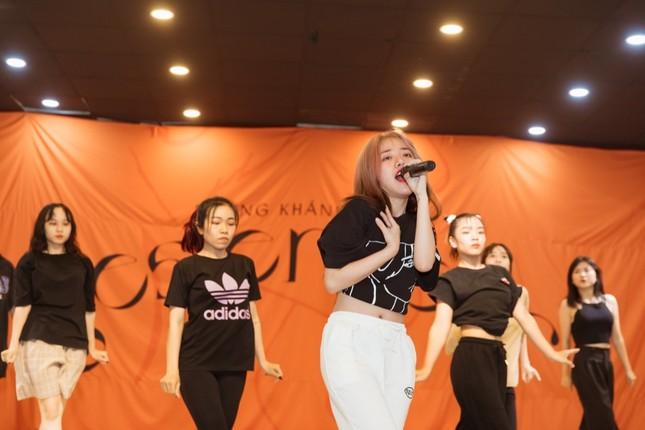 """Clip: Phùng Khánh Linh dốc sức tập vũ đạo, vui mừng vì showcase đã """"cháy vé"""" ảnh 2"""