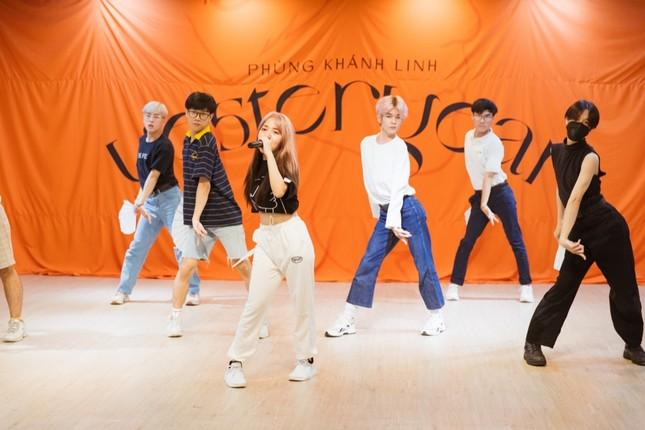 """Clip: Phùng Khánh Linh dốc sức tập vũ đạo, vui mừng vì showcase đã """"cháy vé"""" ảnh 3"""