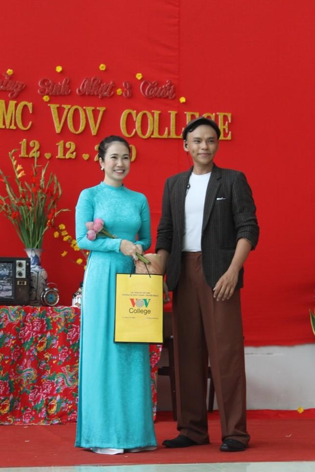 MC Thanh Thảo Hugo hội ngộ MC Minh Phúc tại trường xưa, trao học bổng cho các bạn MC trẻ ảnh 4