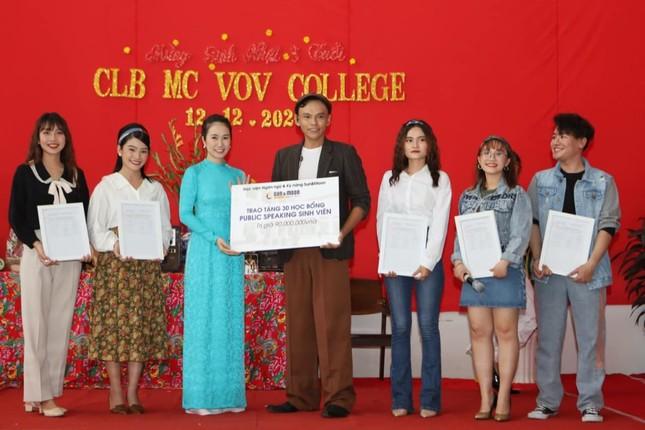 MC Thanh Thảo Hugo hội ngộ MC Minh Phúc tại trường xưa, trao học bổng cho các bạn MC trẻ ảnh 1