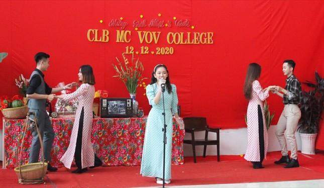 MC Thanh Thảo Hugo hội ngộ MC Minh Phúc tại trường xưa, trao học bổng cho các bạn MC trẻ ảnh 2