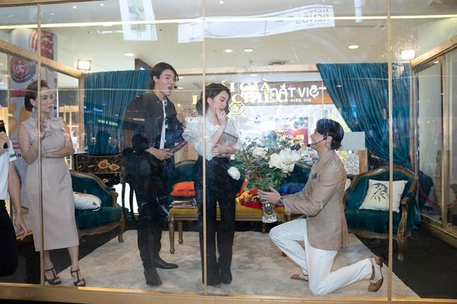 """Nam chính """"Sống chung với mẹ chồng"""" bất ngờ quỳ gối tặng hoa cho Kaity Nguyễn  ảnh 3"""