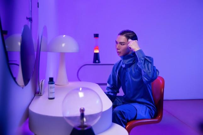 Tạm rời xa sở trường ballad ủy mị, Erik trở lại bằng MV siêu thực từ hành tinh khác ảnh 4