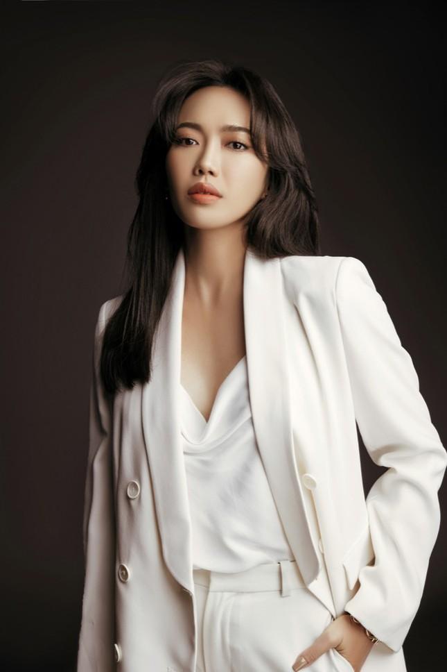 Diệu Nhi hóa nữ luật sư nghiêm túc, đau tay vì... tát Minh Hằng quá nhiều trong phim mới ảnh 5