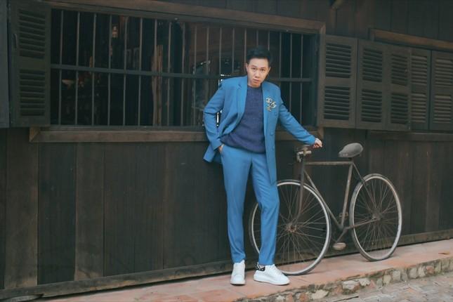 """Anh Đức """"lột xác"""" khi diện suit lịch lãm, ra mắt MV Tết có sự góp mặt của Lê Giang ảnh 3"""