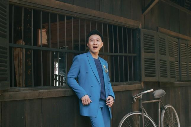 """Anh Đức """"lột xác"""" khi diện suit lịch lãm, ra mắt MV Tết có sự góp mặt của Lê Giang ảnh 1"""