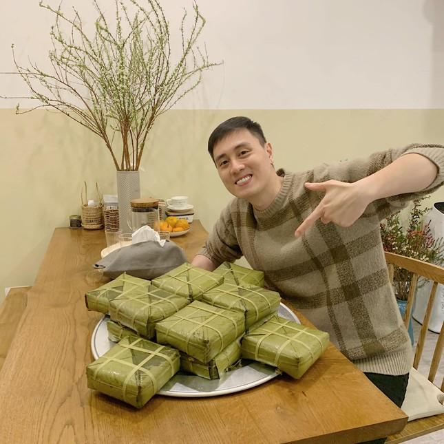 Món ngon ngày Tết: Gia đình Cam Cam, YouTuber ông Thọ hướng dẫn làm bánh tẻ, mứt táo ảnh 2