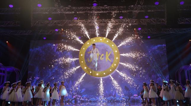 Jack biến sân khấu thành Wonderland với màn treo mình trên không giữa nền pháo hoa rực rỡ ảnh 1